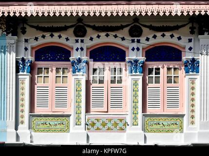 High Quality ... Klassische Chinesische Singapur Shop Haus Mit Bogenfenster, Rosa  Fensterläden Aus Holz Und Kunstvollen Steinmetzarbeiten