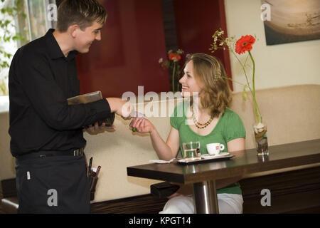 Model Release, Kellner Kassiert Im Kaffeehaus - Kellner im Café eingelöst - Stockfoto