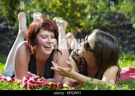 Modell veröffentlicht, Zwei Junge Frauen in der Wiese - zwei junge Frauen in Wiese - Stockfoto