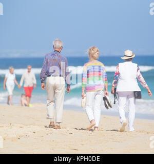 Aktive Senioren Strandwanderung genießen. - Stockfoto