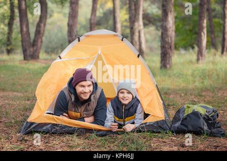 Vater und Sohn liegen im Zelt - Stockfoto
