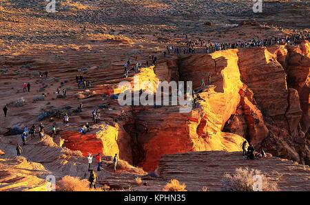 Page, Arizona. Touristen stehen am Rand der Klippen am Horseshoe Bend - Stockfoto