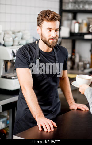 Barista Portrait im Cafe - Stockfoto