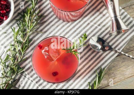 Hausgemachte versoffenen Granatapfel Cocktail mit Rosmarin und Wodka - Stockfoto