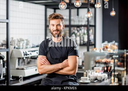Barista Portrait im Cafe - Stockfoto