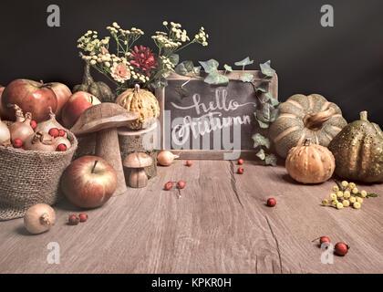 """Herbst Stillleben mit Äpfeln, Dekorationen und Text """"Hallo Herbst' auf der Kreidetafel. Dieses Bild wird gestrafft. - Stockfoto"""
