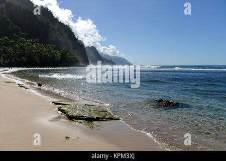 Ke'e Beach - Blick auf Kee Beach, auf der Suche nach Westen Richtung misty Na Pali Küste, an der Nordküste der Insel - Stockfoto