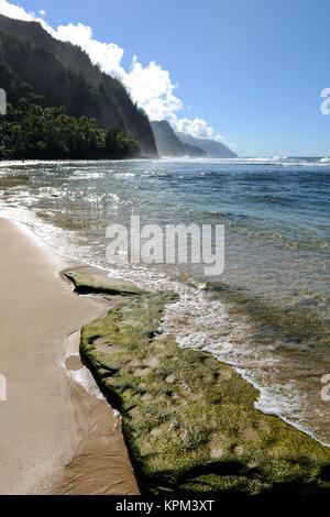 Ke'e Beach - Vertikal - Kee Beach, auf der Suche nach Westen Richtung misty Na Pali Küste, an der Nordküste der - Stockfoto