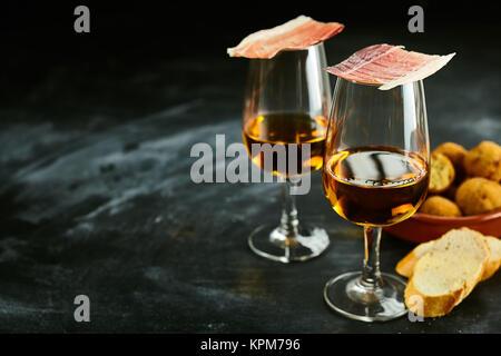 Servieren von stilvolle Spanische Tapas und Aperitif mit frischem Baguette, Schinken Balancieren auf der Sherry - Stockfoto