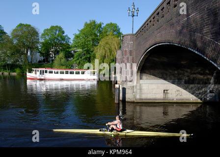 Hamburg, eine der schönsten und beliebtesten Reiseziele der Welt. Kanufahrer an der Krugkoppelbrücke - Stockfoto