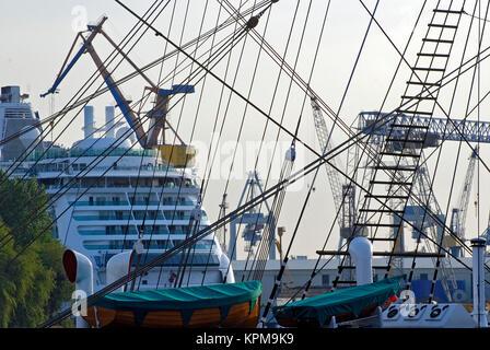 Hamburg, eine der schönsten und beliebtesten Reiseziele der Welt. Takelage eines Matrosen im Hafen von Hamburg. - Stockfoto