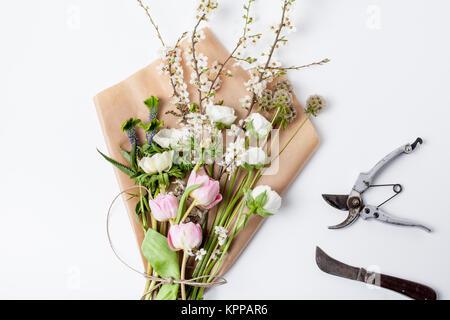 Bundel Der Fruhling Blumen Auf Geschenkpapier Stockfoto Bild