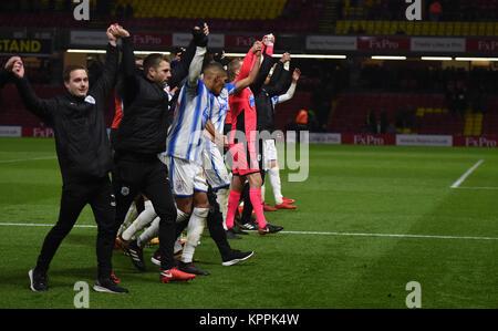 Huddersfield Town Spieler und Mitarbeiter feiern Sieg nach der Premier League Match an der Vicarage Road, Watford. - Stockfoto