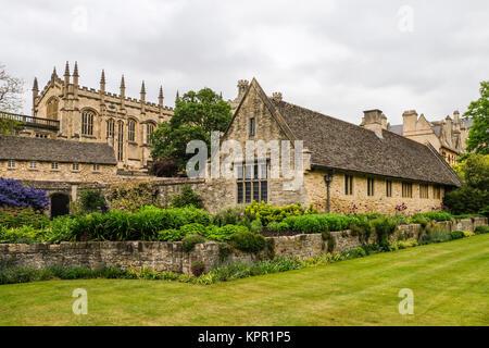 Blick über das Memorial Gardens in Richtung Halle, Christ Church aus Breiten Fußweg, Oxford, Oxforshire, England - Stockfoto