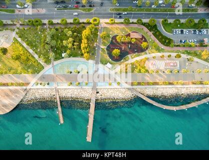 Luftaufnahme von Molos Promenade an der Küste der Stadt Limassol auf Zypern. Ein Blick auf den Fuß weg, umgeben - Stockfoto