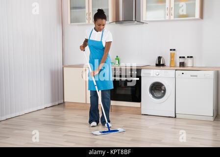putzfrau oder hausmeister wischen den boden in toilette stockfoto bild 210957782 alamy. Black Bedroom Furniture Sets. Home Design Ideas