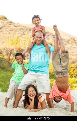 Happy Family spielen am Strand. - Stockfoto
