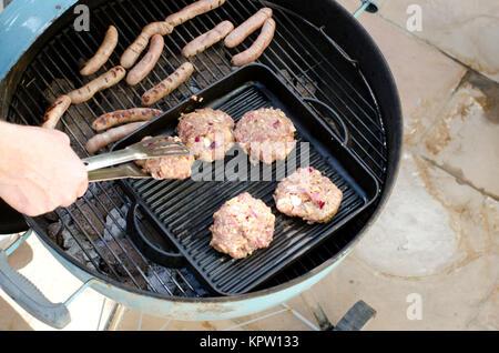 Hausgemachte Burger Auf Den Grill Kochen   Stockfoto