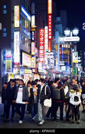 Junge Leute in der Nacht in den Straßen von Tokio, Shibuya, Udagawacho mit leuchtenden bunten Laternen und Schilder. - Stockfoto