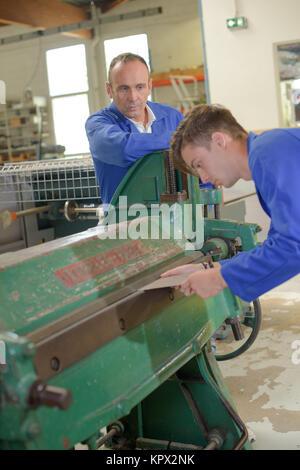 Training mit Maschine, Betreuer beobachten - Stockfoto