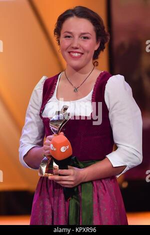 Baden-Baden, Deutschland. 17 Dez, 2017. Der Gewinner, der biathlet Laura Dahlmeier, steht auf der Bühne mit dem - Stockfoto