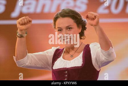 """Baden-Baden, Deutschland. 17 Dez, 2017. Biathletin Laura Dahlmeier steht auf der Bühne bei der Wahl zum """"Sportler - Stockfoto"""
