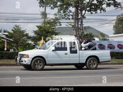 CHIANG MAI, THAILAND - 28. NOVEMBER 2017: Private alten Isuzu Pickup Truck. Auf der straße Nr. 1001 8 km von Chiang Mai City.