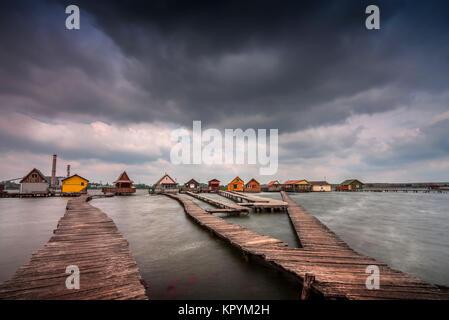 Bokod schwimmenden Dorf mit Piers und Angeln Holzhütten, am See Bokod, Ungarn, Europa. - Stockfoto