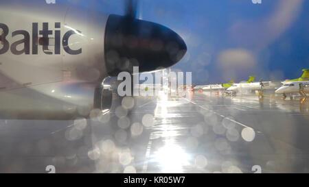 Flugzeug mit Propeller auf der Landebahn. Propeller der alten Luft Ebene, aus der Nähe. Blick auf die Propeller - Stockfoto