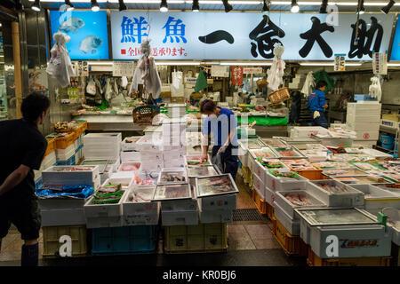 Kanazawa, Japan, 8. Juni 2017: Vielfalt der frischen Meeresfrüchte an der Omicho Markt verkauft. - Stockfoto