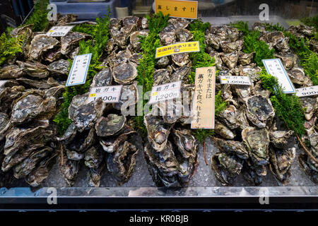Kanazawa, Japan, 8. Juni 2017: Frische rohe Austern und preisschildern an der Omicho Markt - Stockfoto