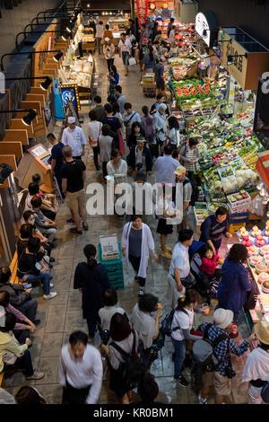 Kanazawa, Japan, 10. Juni 2017: Die Menschen vor Ort einkaufen am Omicho Markt - Stockfoto