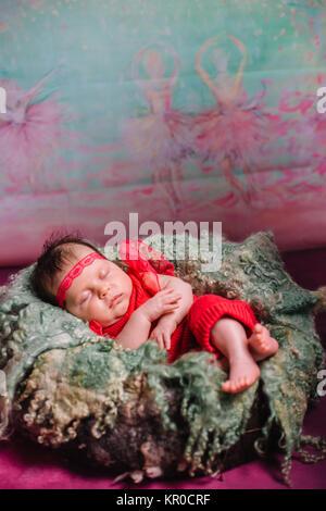 Schlafen neugeborenes Mädchen, volle lungth - Stockfoto