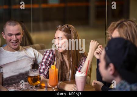 Unterschiedlichste Menschen hängen Pub Freundschaft - Stockfoto