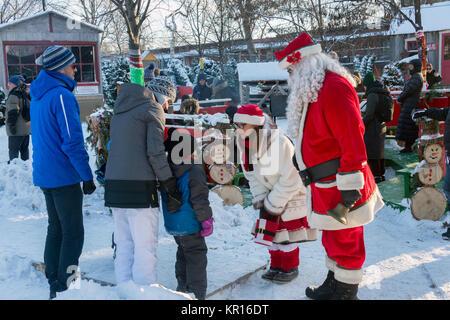 """Montreal, Kanada - 16. Dezember 2017: Santa Claus und Mutter Weihnachten ein Gespräch mit einem Kind an der """"Weihnachten - Stockfoto"""