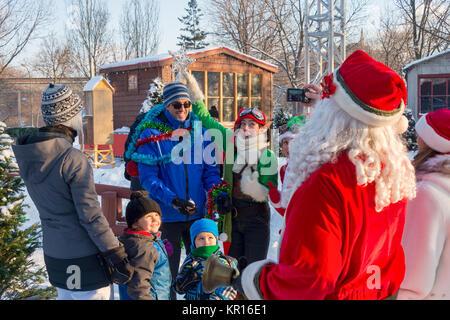 """Montreal, Kanada - 16. Dezember 2017: Zwei Weihnachten Elfen Spaß mit einer Familie in der """"Weihnachten im Park"""" - Stockfoto"""