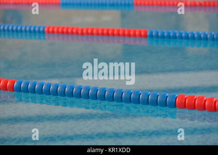 Schwimmbad mit klarem Wasser und Schwimmbahnen - Stockfoto