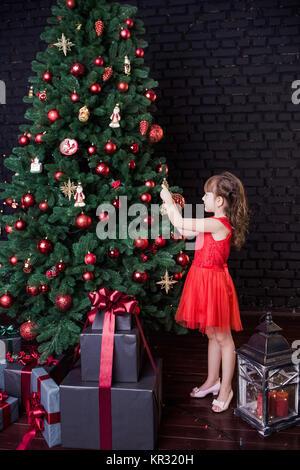 golden geschenk box in der n he von rote perle und bogen. Black Bedroom Furniture Sets. Home Design Ideas