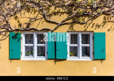 Fenster in die fuggerei, der ältesten Welten sozialer Wohnungsbau Komplex - Stockfoto