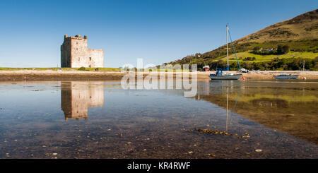 Lochranza Schloss, ein Turm aus dem 13. Jahrhundert Haus, steht am Strand Hafen beisde Lochranza auf der Isle of - Stockfoto