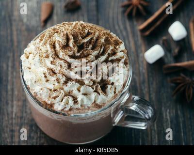 Glas Becher mit heißer Schokolade und Sahne - Stockfoto