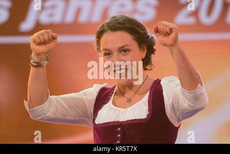 """Biathletin Laura Dahlmeier steht auf der Bühne bei der Wahl zum """"Sportler des Jahres"""" im Kurhaus in Baden-Baden, - Stockfoto"""