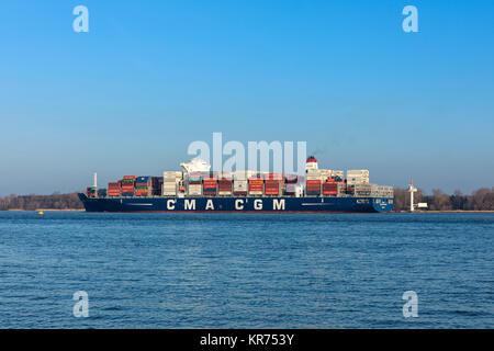 Stade, Deutschland - Dezember 118, 2015: Containerschiff CMA CGM TANYA auf der Elbe. Das Schiff kann bis zu 9.300 - Stockfoto