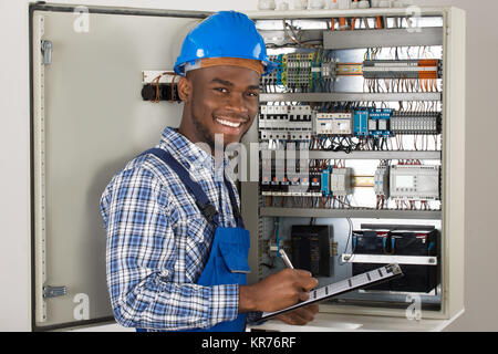 Männliche Techniker Holding Zwischenablage - Stockfoto