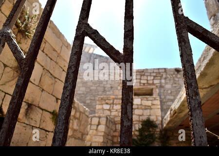 Alte Tor einer mittelalterlichen Burg im südlichen Italien. - Stockfoto