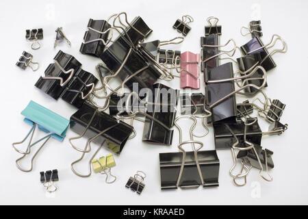 Unmengen von Metall binder clips für Papier, verschiedene Größen und Farben - Stockfoto