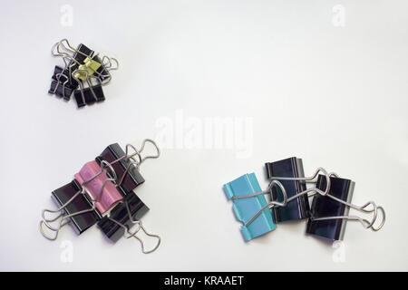 Stapel von Metall binder clips für Papier, verschiedene Größen und Farben - Stockfoto
