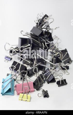 Haufen Metall binder clips für Papier, verschiedene Größen und Farben, vertikal - Stockfoto