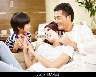 Asiatische Mutter Vater und Sohn genießen Sie ein in der Familie Wohnzimmer chatten. - Stockfoto