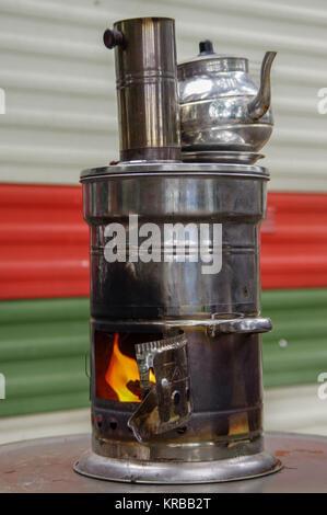 Alte russische Samowar mit offenem Kamin. Ein Gerät für die Zubereitung von Tee. - Stockfoto